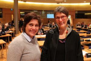 Ympäristövaliokunnan puheenjohtaja Satu Hassi ja varapuheenjohtaja Silvia Modig valiokunnan avoimessa kokouksessa 25.11.2015
